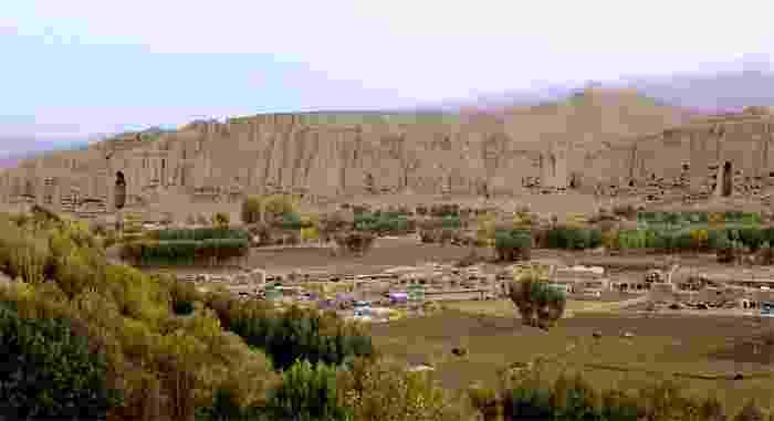 Panorámica del Valle de Bamiyan, con sus dos monumentales estatuas talladas en el acantilado (544 d.C.)