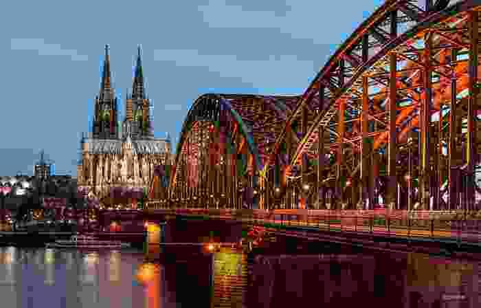 Colonia desde el puente ferrovial Hohenzollern sobre el río Rin