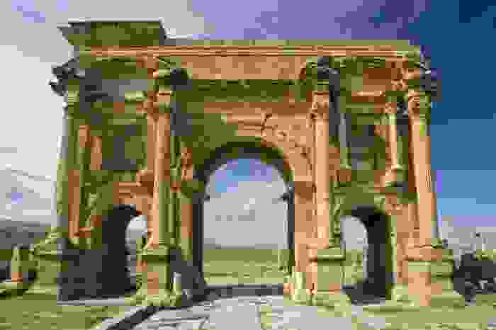 Arco romano de Trajano, de la antigua ciudad romana de Timgad