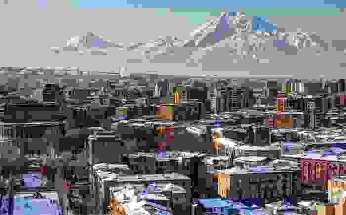 Vista invernal de la capital frente a los volcanes del pequeño y el gran Ararat