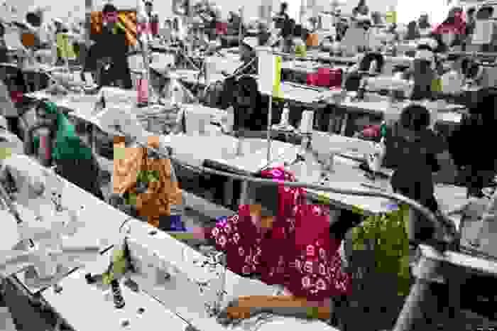 Trabajadores en fábrica de textil