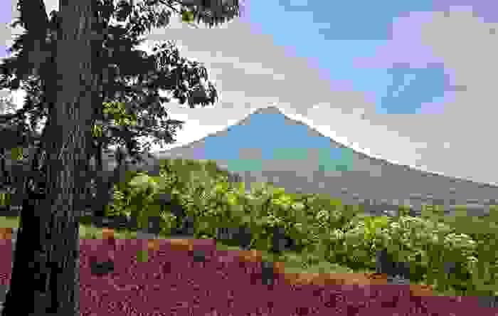 Vista del Volcán de Agua, en Antigua Guatemala