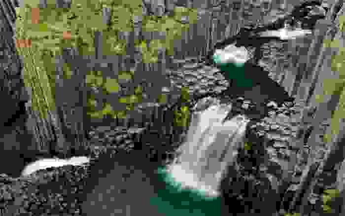 Cascada de Litlanesfoss, rodeada de columnas de basalto