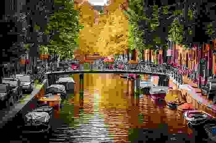 Canal concurrido de la ciudad de Amsterdam
