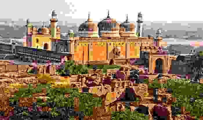 Mezquita del Emperador, emplazada en Lahore. Fue construida por el emperador mogol Aurangzeb en 1673o