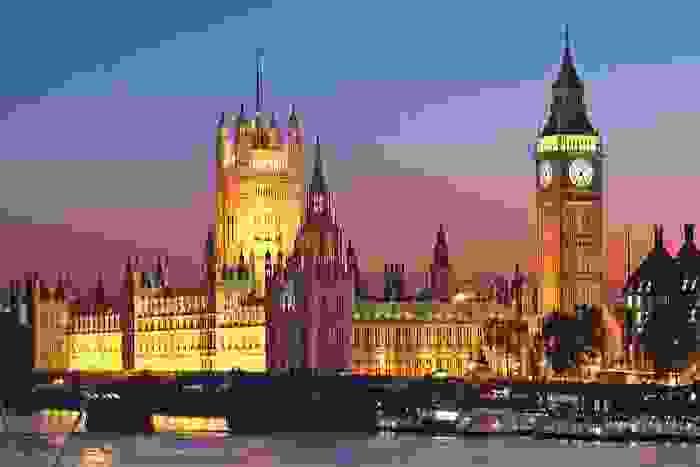 Big Ben y Palacio de Westminster o Casas del Parlamento a orillas del río Támesis