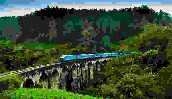 Tren cruzando un puente de Mirissa