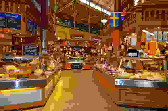 Mercado de comida sueca Österhalms Saluhall, en Estocolmo