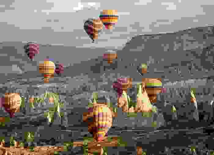 Globos sobrevolando las Chimeneas de Hadas, en Capadocia