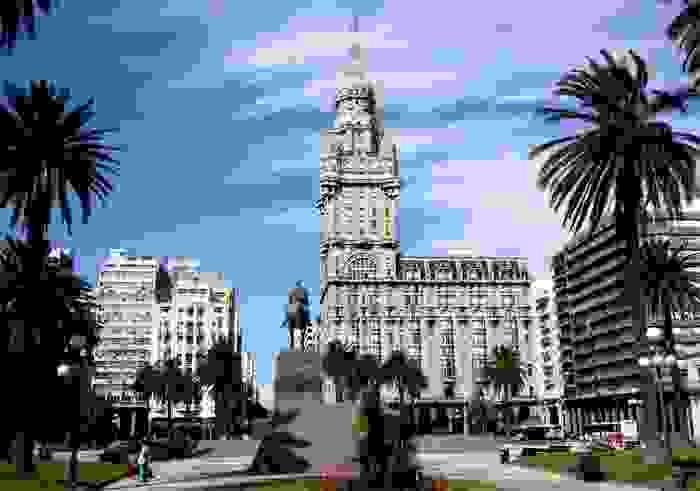 Plaza Independencia y Palacio Salvo, en Montevideo