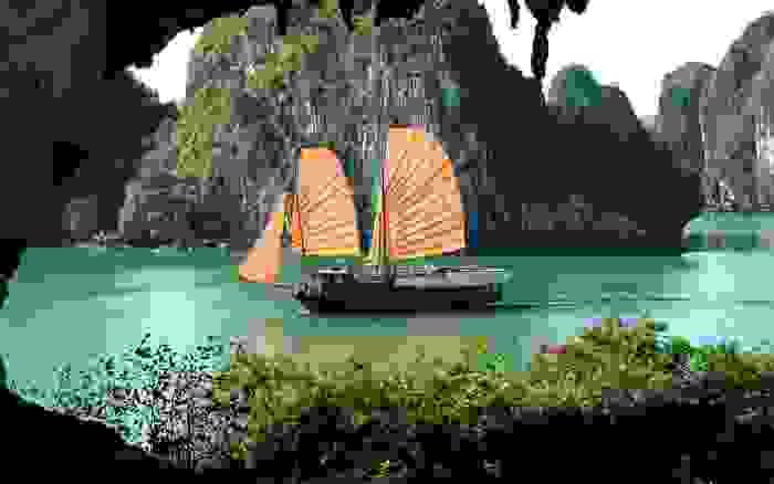 Junco navegando por la bahía de Ha Long