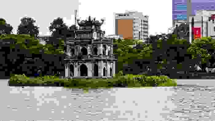 Torre de la Tortuga en el lago Hoan Kien, en la capital